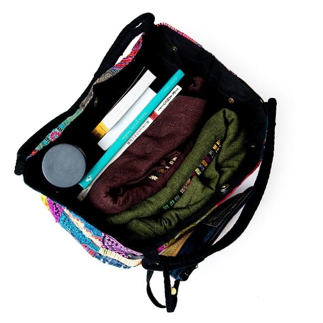[一点物]モン族刺繍の大きなお出かけバッグ - 小【ポーチ付き】- 持ち手がブラウン 12 - 厚手のジャケットや本、水筒を入れてみました。たくさん入ります。。