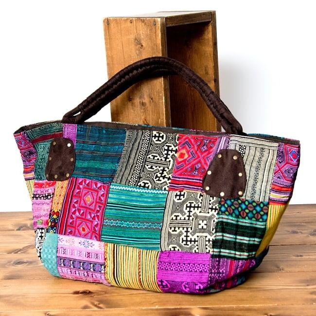 [一点物]モン族刺繍の大きなお出かけバッグ - 小【ポーチ付き】- 持ち手がブラウン 2 - 裏面も同じくモン族刺繍のパッチワークです。