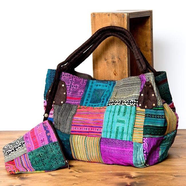 [一点物]モン族刺繍の大きなお出かけバッグ - 小【ポーチ付き】- 持ち手がブラウン 3 - サイドを折り込みとコロンとしたデザインになります。