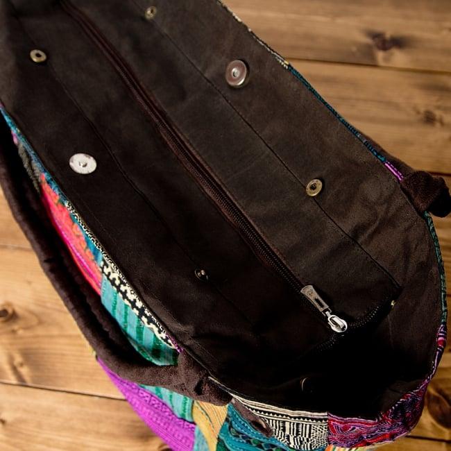 [一点物]モン族刺繍の大きなお出かけバッグ - 小【ポーチ付き】- 持ち手がブラウン 8 - ジップがあるので、中身が見えず安心です。