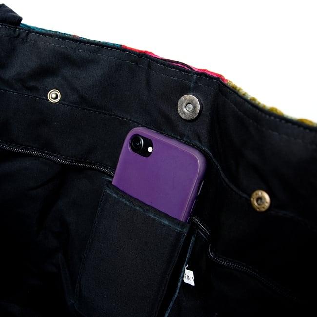 モン族刺繍の大きなお出かけバッグ - 小【ポーチ付き】- 持ち手がブラックの写真10 - 携帯やペンをさせるポケットもついています。