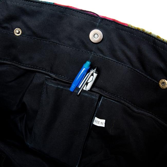 モン族刺繍の大きなお出かけバッグ - 小【ポーチ付き】- 持ち手がブラックの写真11 - 携帯やペンをさせるポケットもついています。