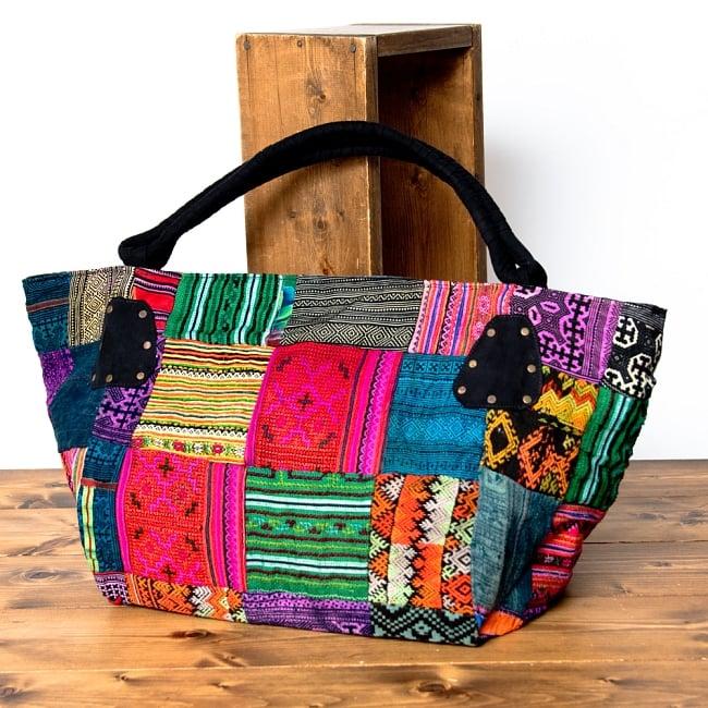 モン族刺繍の大きなお出かけバッグ - 小【ポーチ付き】- 持ち手がブラックの写真2 - 裏面も同じくモン族刺繍のパッチワークです。