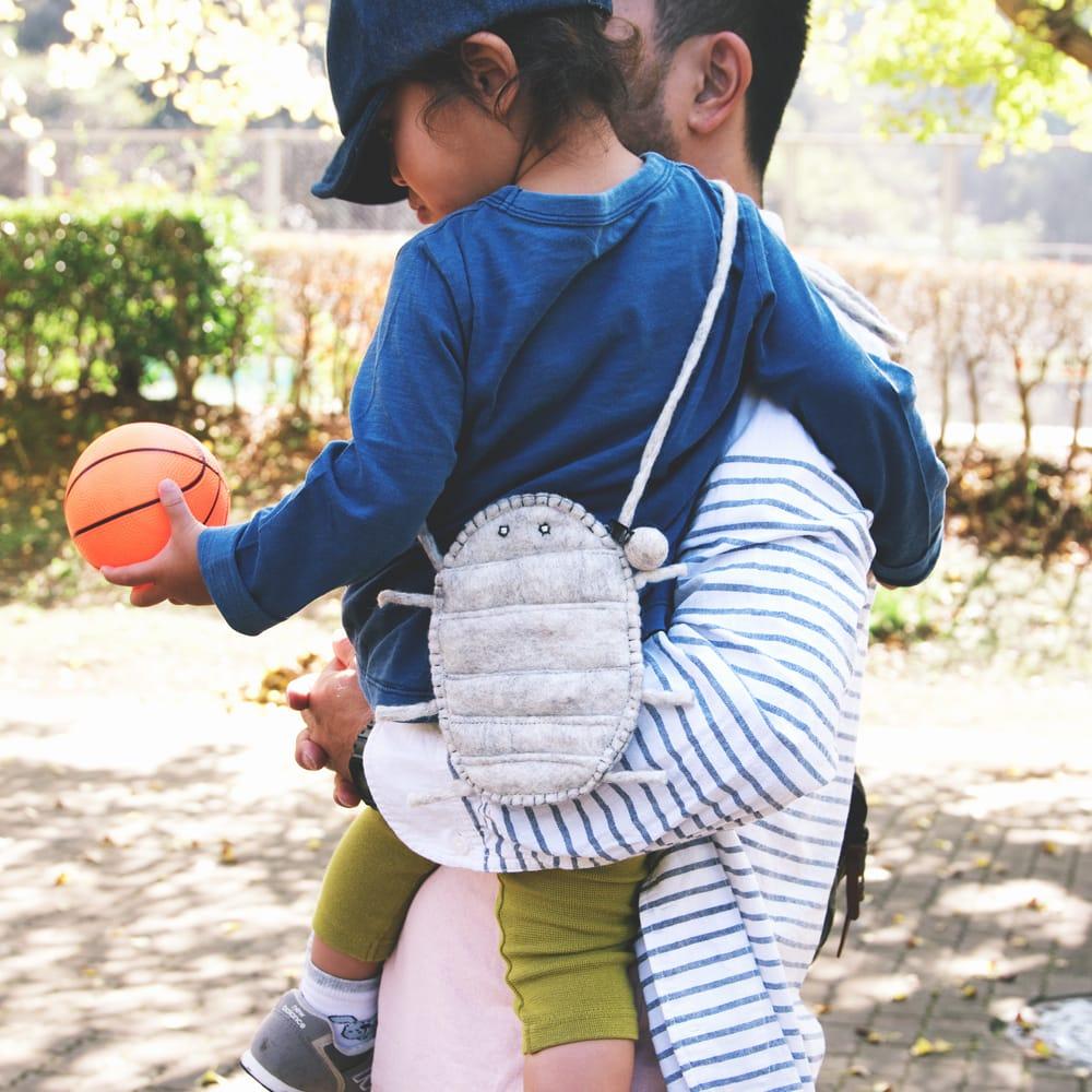 手作りフェルト ネパールのゆるいアニマルポシェット(ミニ) - インコ 11 - 【TI-SHLDBG-1055】手作りフェルト ネパールのゆるいアニマルポシェット(ミニ) - ダイオウグソクムシの着用例です