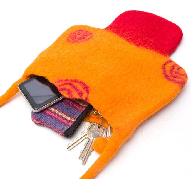 キュート! フェルトのきのこちゃんバッグ オレンジ 6 - 携帯、小銭入れ、鍵を入れても十分な大きさです。