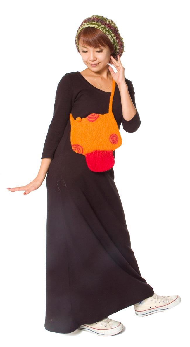 キュート! フェルトのきのこちゃんバッグ オレンジ 7 - 身長150cmのモデルさんが持ってみました。