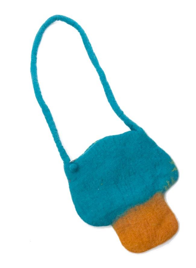 フェルトのきのこちゃんバッグ ターコイズ 3 - 裏面はシンプルですね。