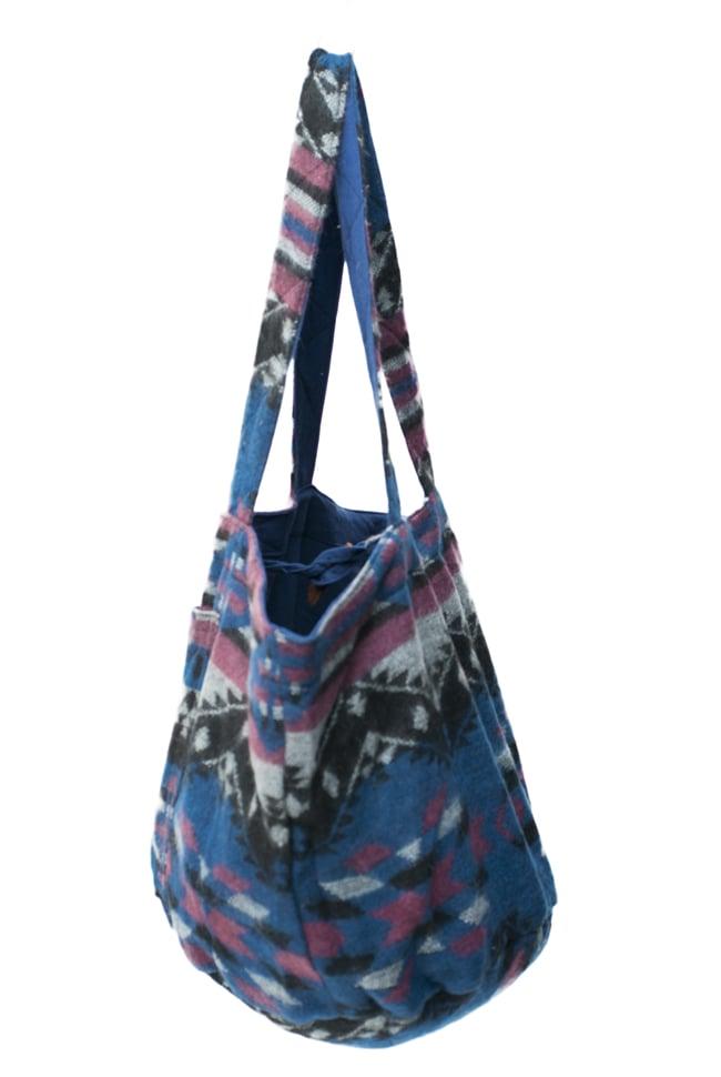 ネパールの機織りショルダーバッグ ブルー系の写真3 - 横から見るとこんな感じです。マチもたっぷりあるのでたくさん入ります!