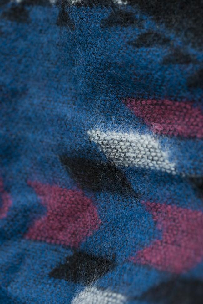 ネパールの機織りショルダーバッグ ブルー系の写真5 - ふわふわで温かみのある生地です。