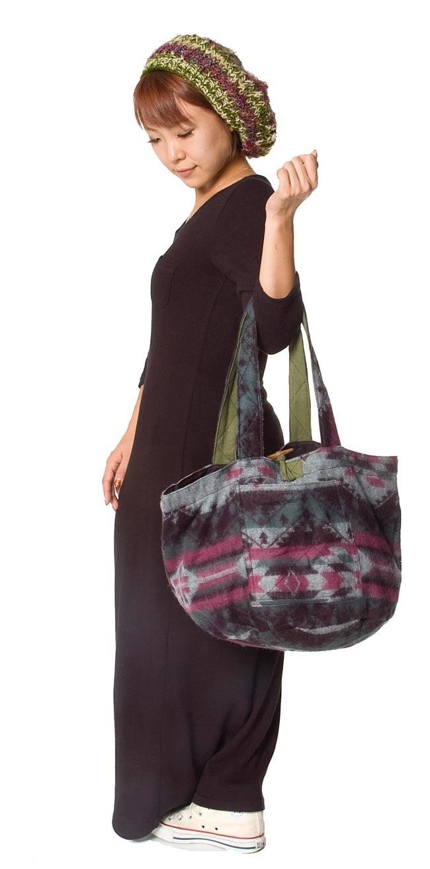 ネパールの機織りショルダーバッグ ブルー系の写真6 - 色違いの商品を小柄な女性が持ってみました。