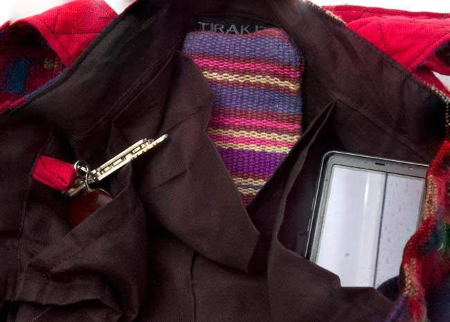 ネパールの機織りショルダーバッグ ブルー系の写真7 - 内部には3つ小さなポケットがあり便利です。