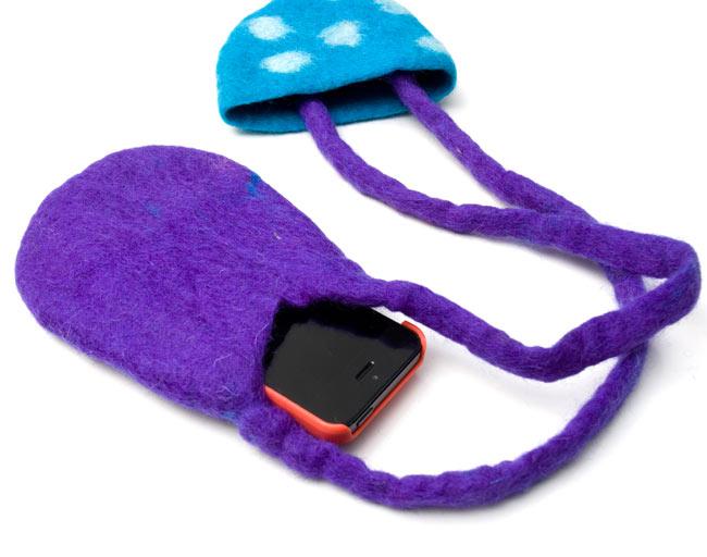 フェルトのきのこちゃんスライドバッグ 【オレンジ×赤】  6 - iphoneを入れてみました。ギリギリはいる大きさです。