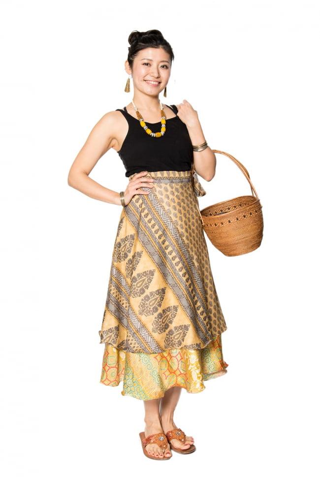 20通りの着方ができる魔法のスカート - 黄色、オレンジ系アソートの写真6 - こんな感じで着用することもできます。着方は自由自在!