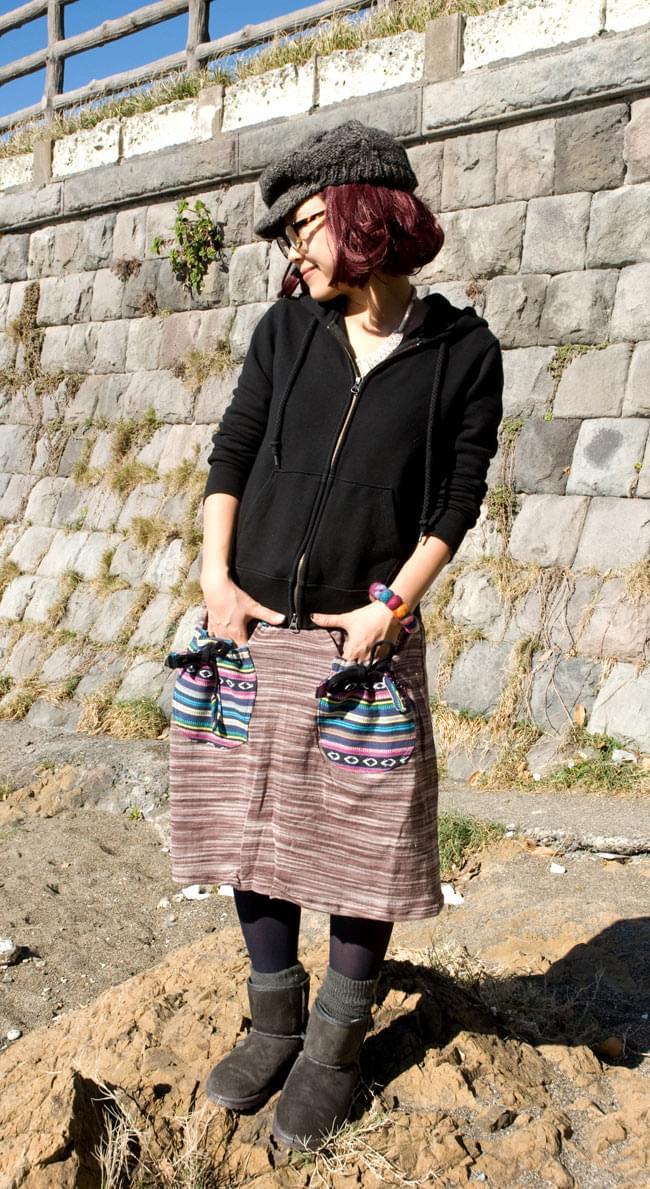 ゲリポケットのリブニットスカート 3 - ポケットを前にして着てみました。<br>C:ブラック×茶