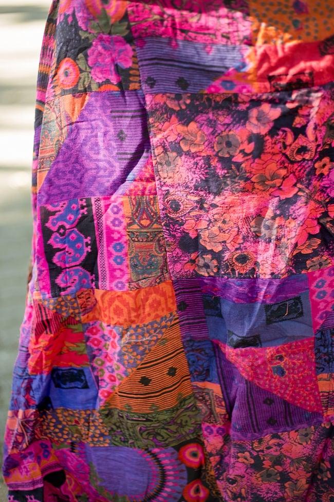 インドコットンのカラフル・パッチワーク巻きスカート 2 - 近くで生地をみてみました。パッチワークですので、柄は一点ごとに異なります。アソートでのお届けとなります。