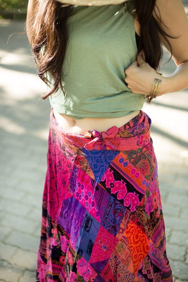 インドコットンのカラフル・パッチワーク巻きスカート 3 - こんな感じで腰で紐を止める形になります。