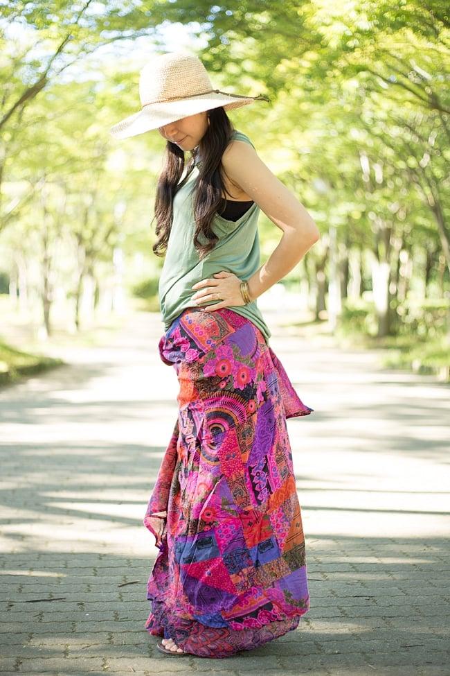 インドコットンのカラフル・パッチワーク巻きスカート 4 - 横からみてみました。ドレープが豊かで女性的なラインが際立ちますね。