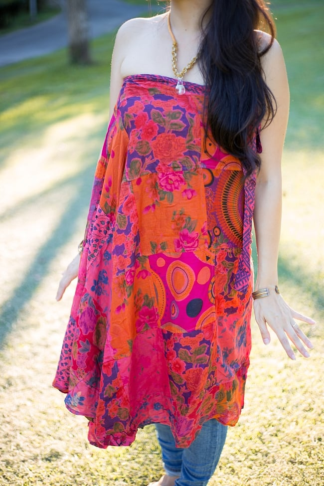 インドコットンのカラフル・パッチワーク巻きスカート 5 - 胸元まで引き上げるとドレスとしても着用できるお得な巻きスカートです。