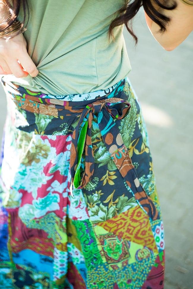 インドコットンのカラフル・パッチワーク巻きスカート 9 - ウエストでキュッとしめるので、安心のフリーサイズです。