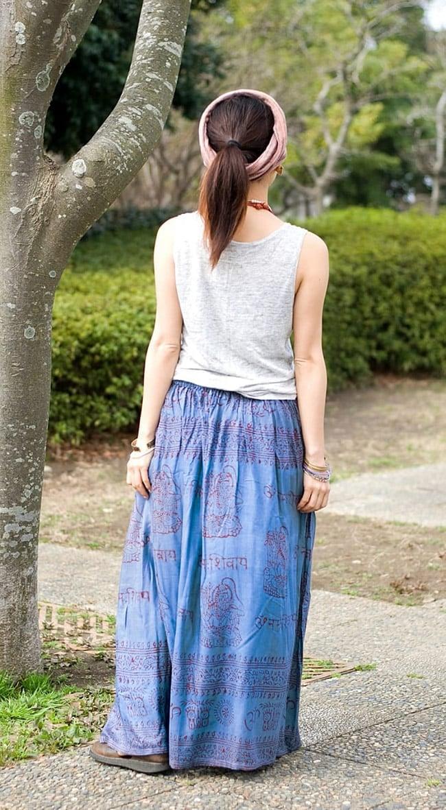 ラムナミフレアースカート(ロング丈) 薄水色 5 - 後ろからからの姿です(色違いの商品となります)。