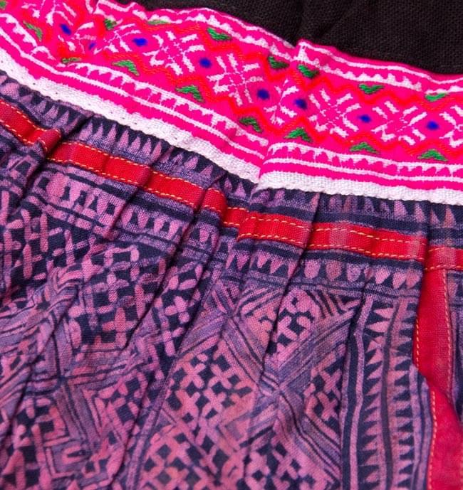 モン族の古布プリーツスカートミニ 2 - 細かい刺繍や模様が綺麗です。