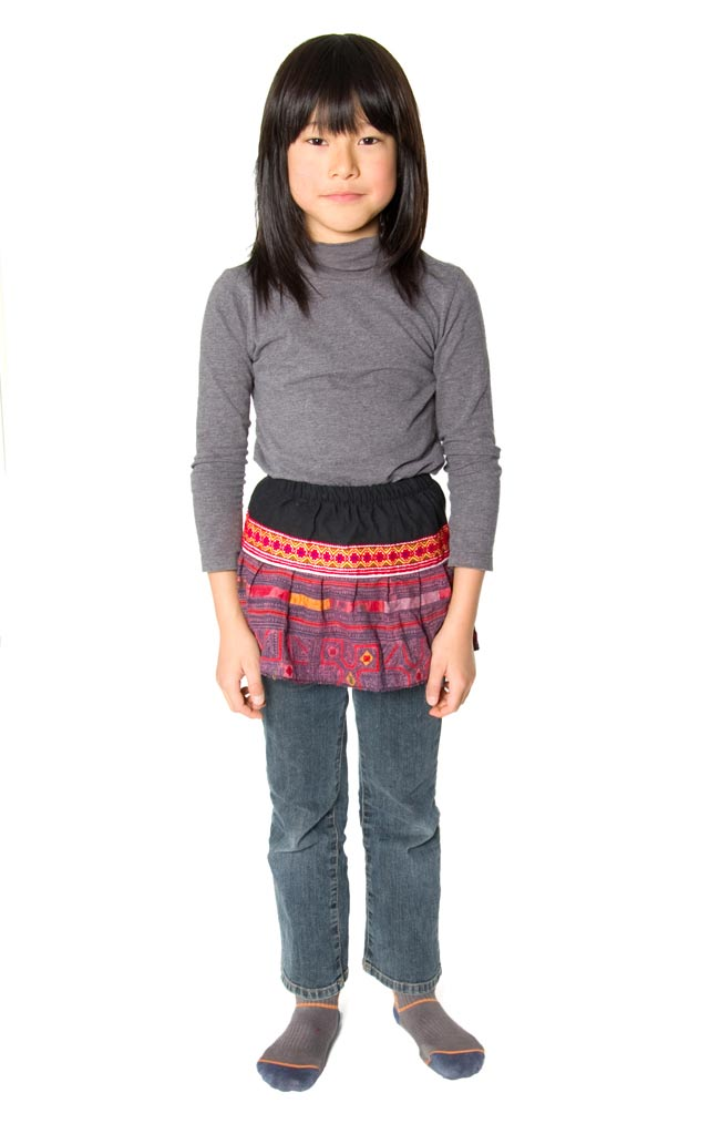 モン族の古布プリーツスカートミニ 3 - 身長130cmのモデルさんに着用してもらいました。こちらの写真は、同じ種類の別の柄を撮影したものです。