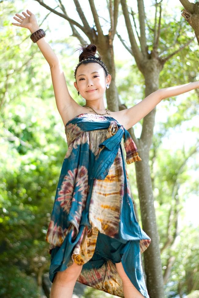 4通り楽しめる! タイダイロングスカート 【グリーン系】の写真6 - 身長150cmのスタッフが胸まで上げて、バルーンにして着てみました。
