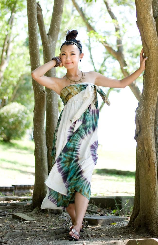 4通り楽しめる! タイダイロングスカート 【グリーン系】の写真7 - 身長150cmのスタッフが胸まで上げて着ています。こちらは紐を結んでいない状態です。