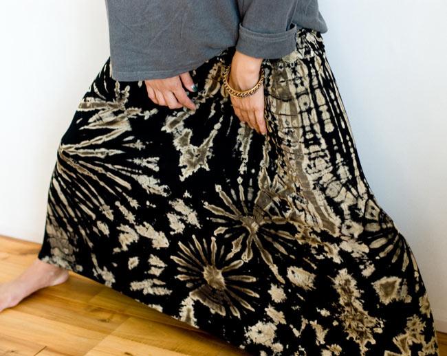 タイダイフレアロングスカート 6 - フレアでストレッチなので最強に広がります。こんな風に足を伸ばすこともラクラクできますよ。