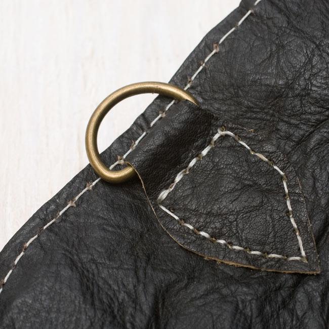 タイダイヘンプのレザーウォレット - ナチュラル 7 - 金具が付いているので、カラビナ等に引っ掛けることも出来ます。