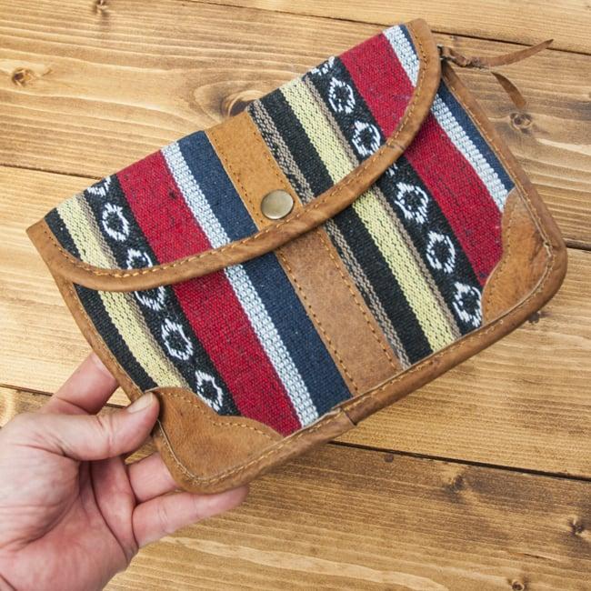 レザーとゲリコットンのウォレット - 水色系 9 - 手に取るとこれくらいの大きさです。大きめのお財布、または小物入れといったおおきさです。