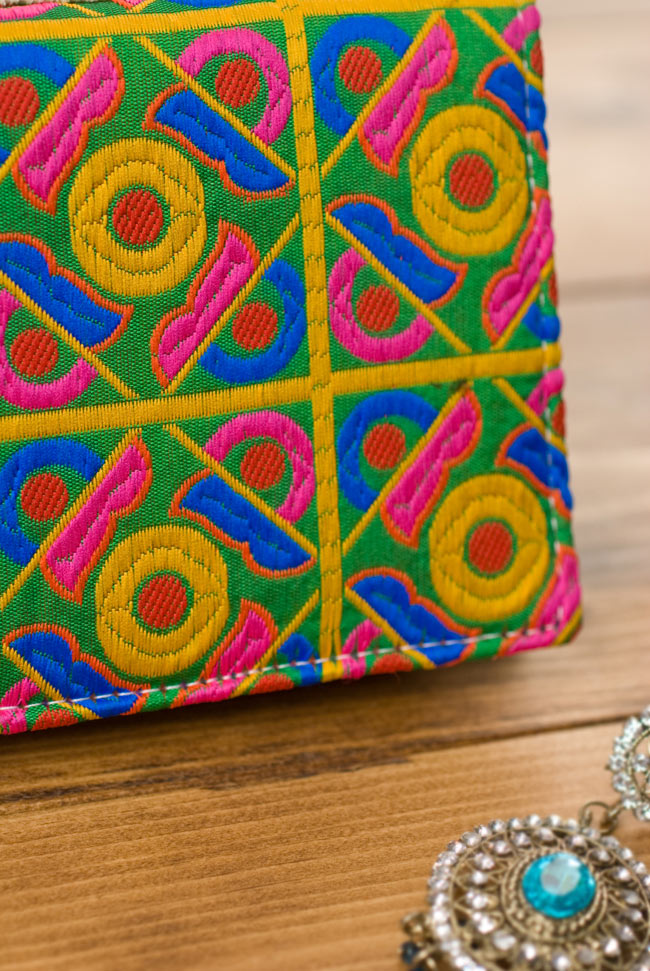 カラフル刺繍のエスニックウォレット 3 - 角度を変えてみてみました。心が華やぐデザインですね。