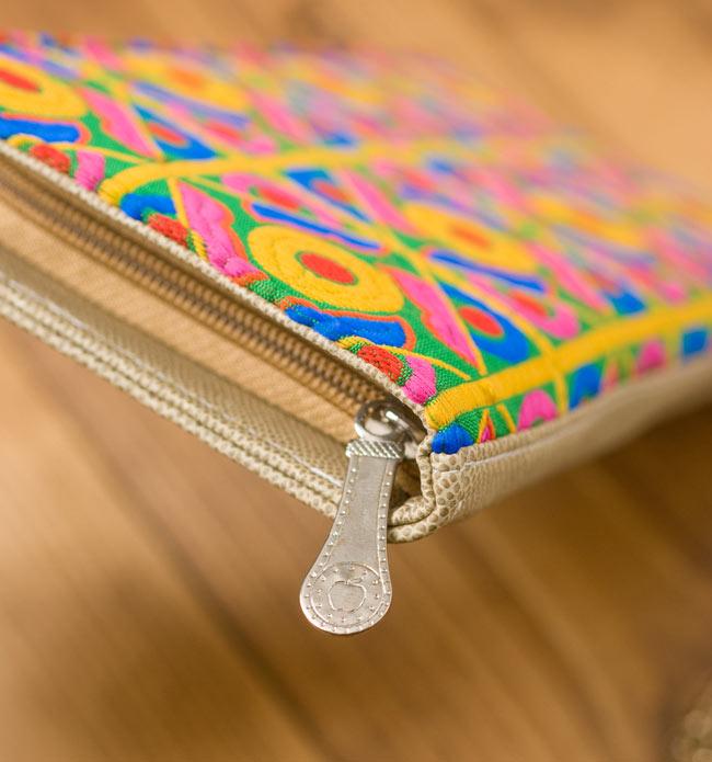 カラフル刺繍のエスニックウォレット 4 - 横から見てみました。ジッパーのデザインもキュートです