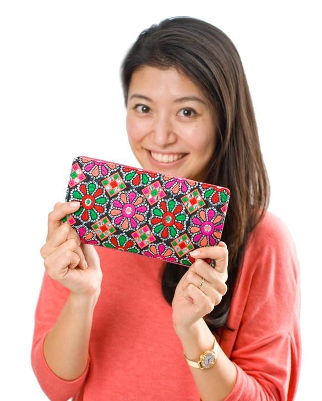 カラフル刺繍のエスニックウォレット 6 - 手にとってみるとこれくらいの大きさです(同サイズ・同種類の商品の写真となります)。