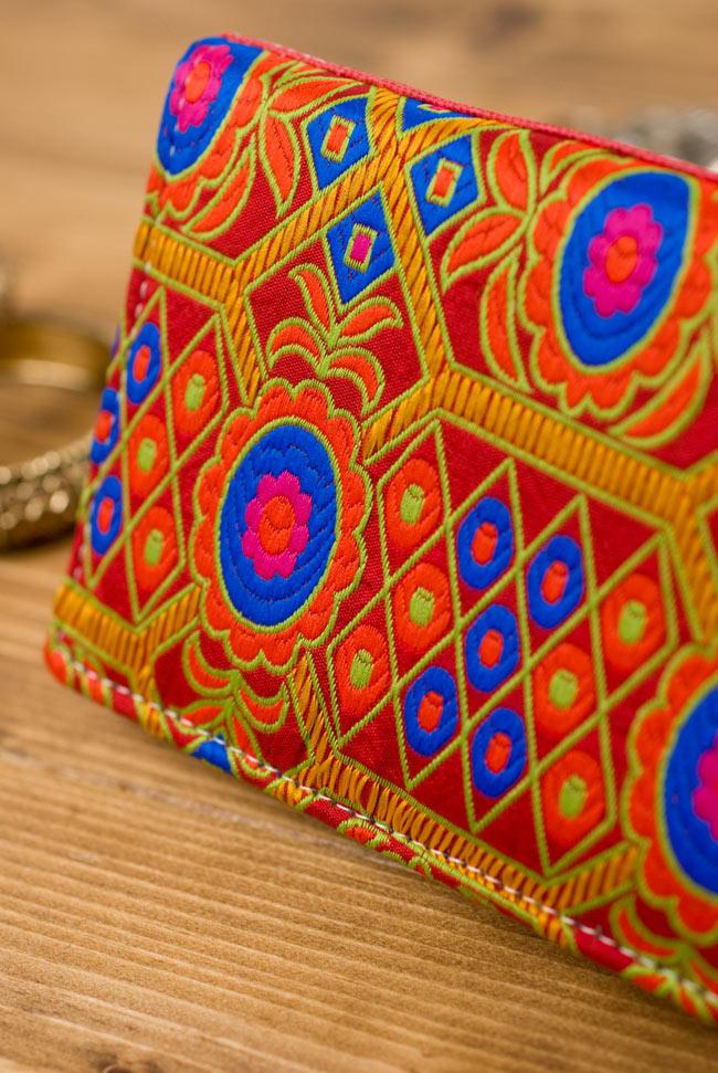 カラフル刺繍のエスニックウォレット 2 - 近づいて刺繍の様子を見てみました。とっても鮮やか!