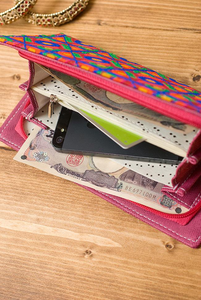 カラフル刺繍のエスニックウォレット 8 - お札やスマートフォンを入れてみました。