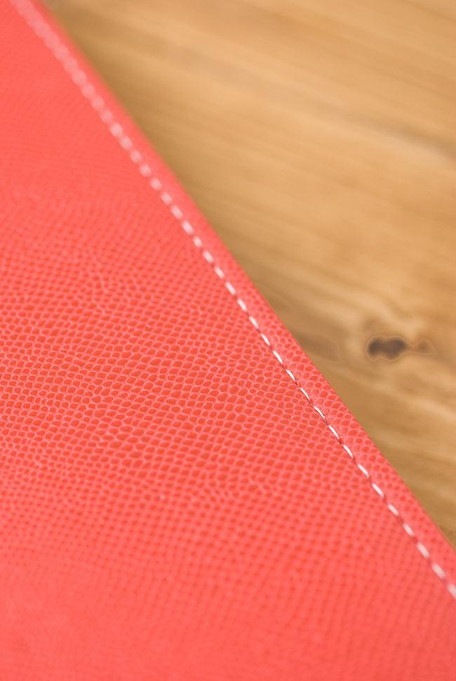 カラフル刺繍のエスニックウォレット 9 - 裏面はレザー風の加工がされていて触り心地がよいです。