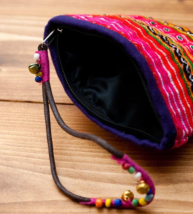 モン族の古布を使ったストラップ付き小物ケース 3 - 口を開くとこの様になっています。