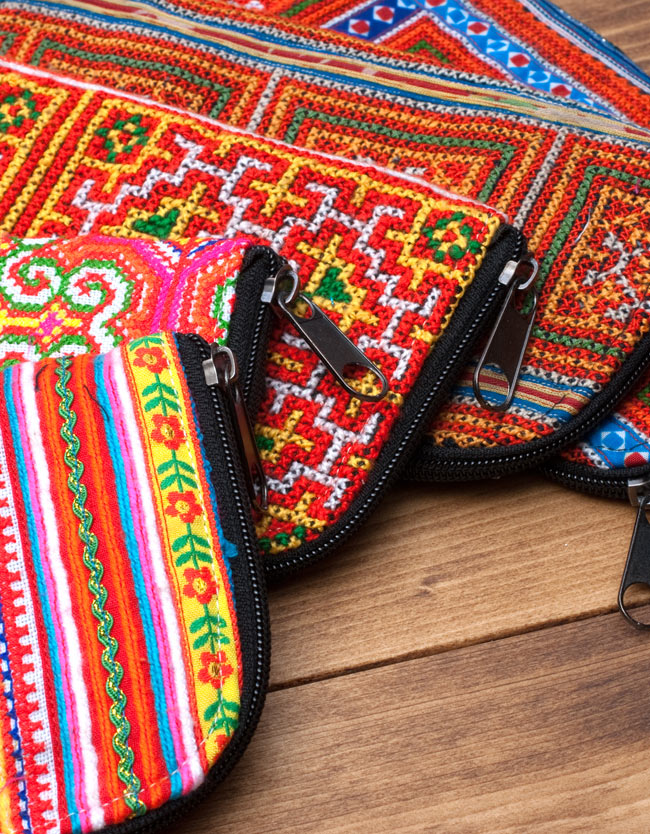 モン族の古布を使ったウォーレット 2 - 複数の財布を並べてアップにしました