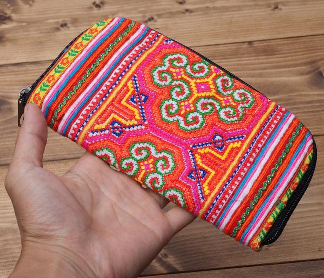 モン族の古布を使ったウォーレット 5 - サイズ比較のために手に持ってみました