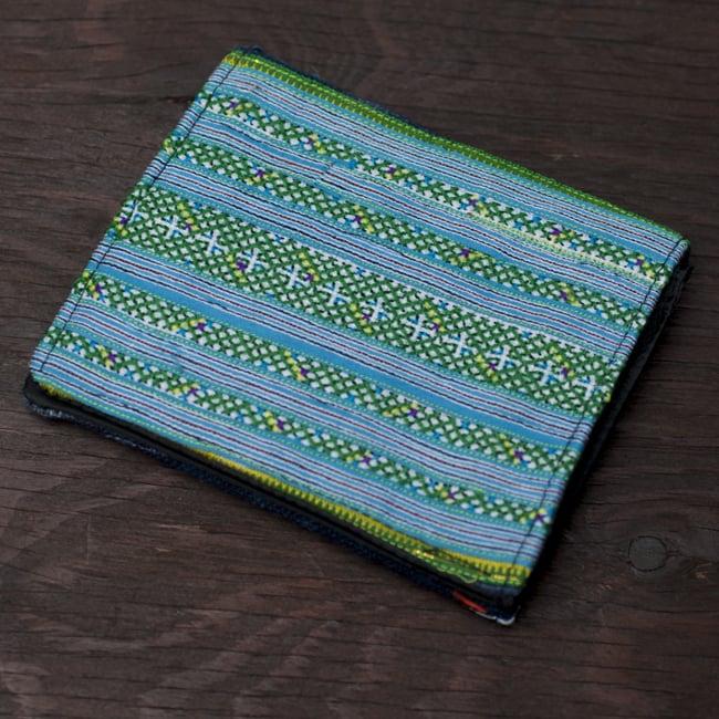 モン族の古布を使った二つ折り財布[水色] 3 - 裏面を撮影しました。裏面の布地やデザインは商品ごとに異なります。