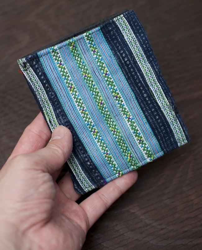 モン族の古布を使った二つ折り財布[水色] 7 - 手に取るとこれくらいの大きさです。