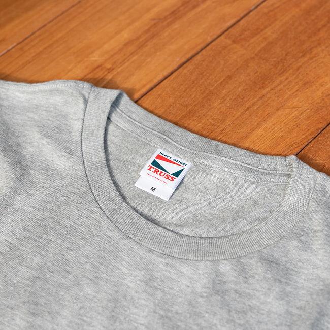 太陽礼拝Tシャツ ヨガの太陽礼拝ポーズをデザイン 11 - 首元の拡大写真です