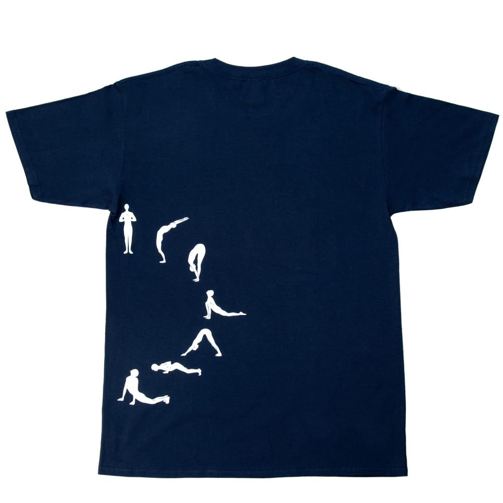太陽礼拝Tシャツ ヨガの太陽礼拝ポーズをデザイン 4 - 裏面えす