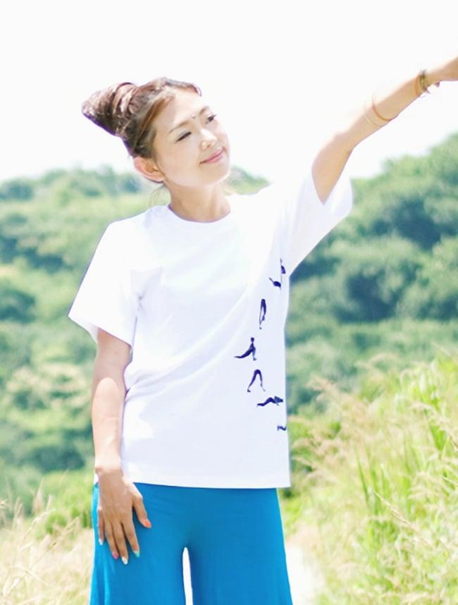 太陽礼拝Tシャツ ヨガの太陽礼拝ポーズをデザイン 7 - モデルさんの着用例です(※現在こちらのカラーはございません。)