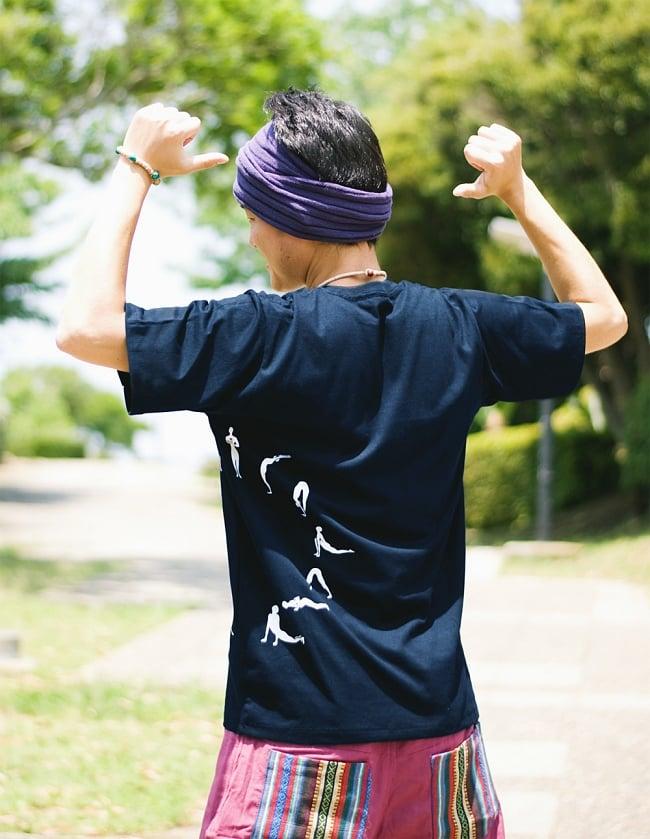 太陽礼拝Tシャツ ヨガの太陽礼拝ポーズをデザイン 9 - 後ろにもプリントがつながっています
