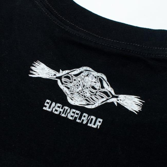 翼のあるサラスバティTシャツ 6 - 後ろの首元にワンポイントのデザインがあります。