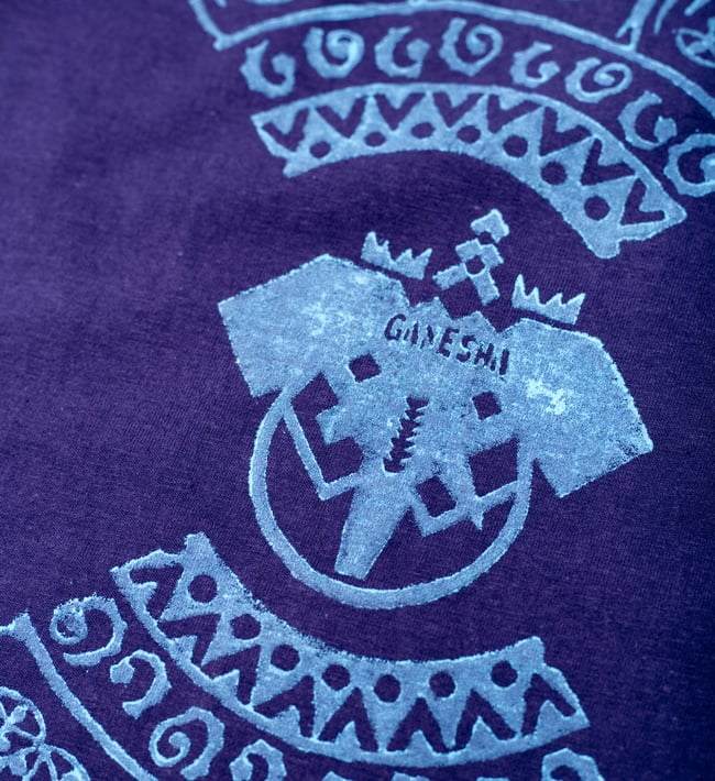 ガネーシャのひかり ウッドブロックプリントTシャツの写真3 - 前面のプリントをアップにしてみました