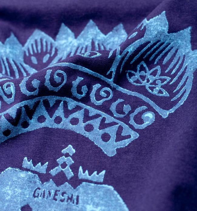 ガネーシャのひかり ウッドブロックプリントTシャツの写真4 - 中心にいるのはガネーシャです