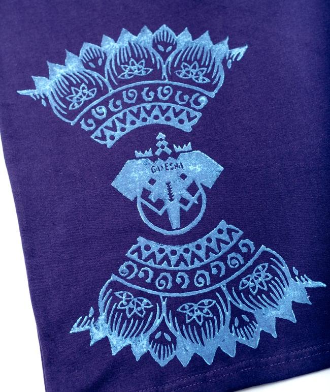 ガネーシャのひかり ウッドブロックプリントTシャツの写真9 - 上にもGANESHAと入っています